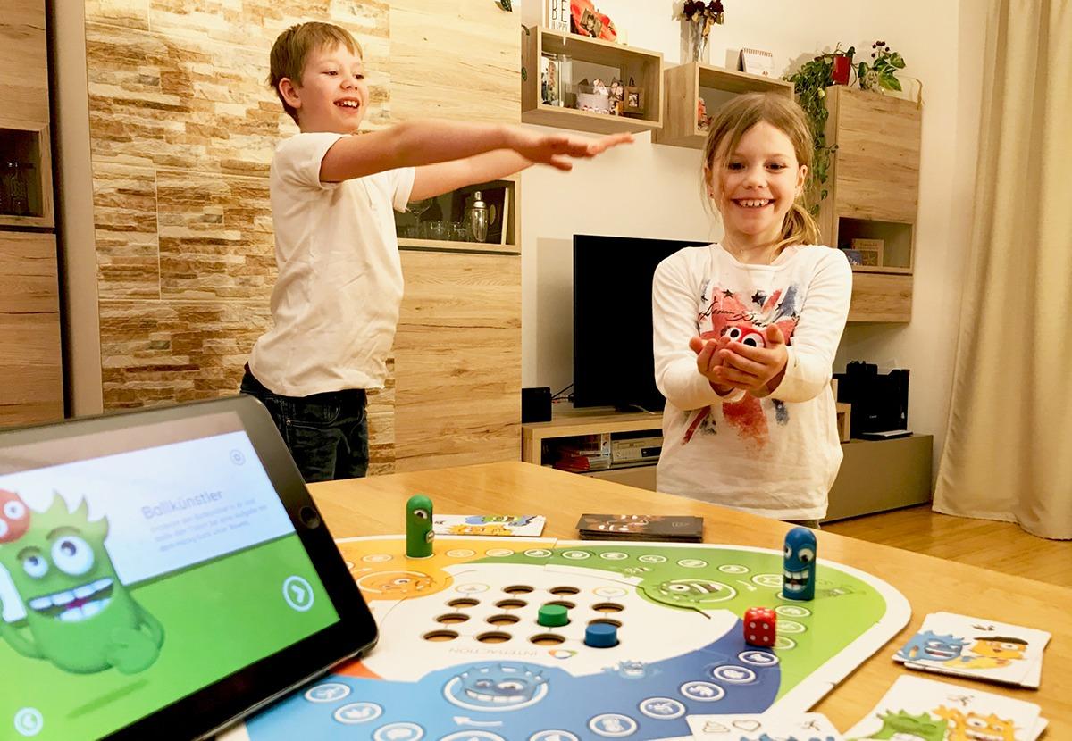 Kinder in Bewegung mit dem Spiel Interaction und beigelegtem Hack Sack