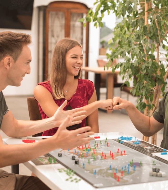 Jugendliche spielen das Strategiespiel Leaders