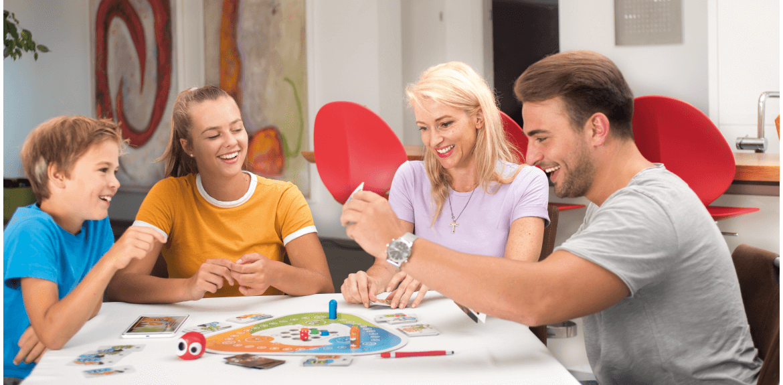 Familie spielt Partyspiel Interaction